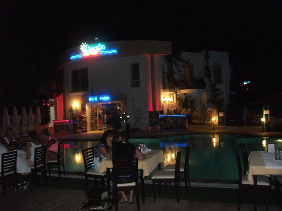 Siesta Beach Apartments: Siesta at night