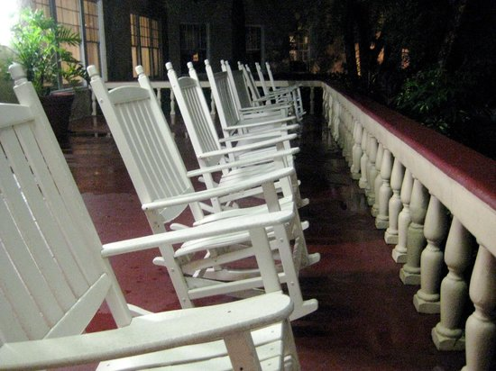 Kenilworth Lodge: front porch at night
