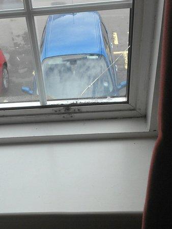 The Royal George Hotel: Luxury detail?  bedroom window cracked & clean?