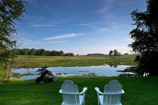 Castle in the Country Bed & Breakfast Inn : Relax by our private lake
