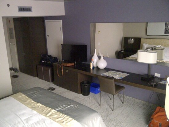 Hotel 10: Room with King bed
