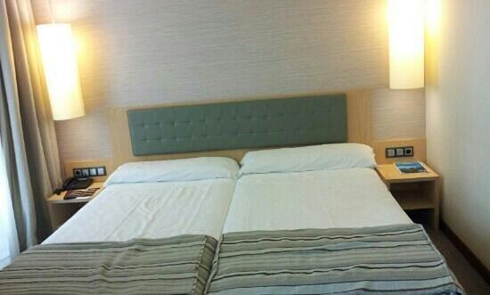 Abba Santander Hotel: Cama doble. Muy cómoda.