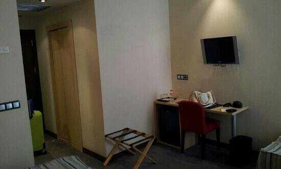 Abba Santander Hotel: Wifi NO Gratuito ojo. Tv pequeña. Minibar: agua 1/2litro x 1'5 €