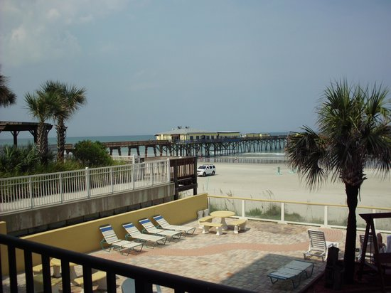 Beach Quarters Resort : walking distance from the pier