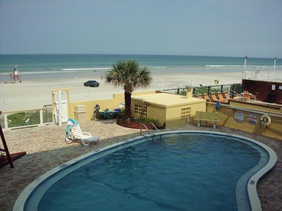 Beach Quarters Resort: clean quiet pool