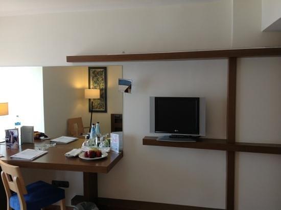 Domotel Xenia Volos : TV and desk