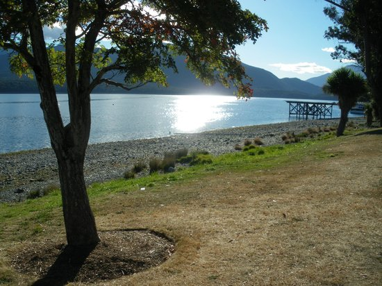 Distinction Te Anau Hotel and Villas: The lake opposite hotel