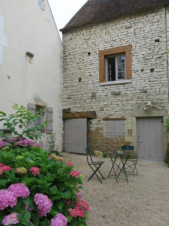 Le Foineau : Entrance courtyard
