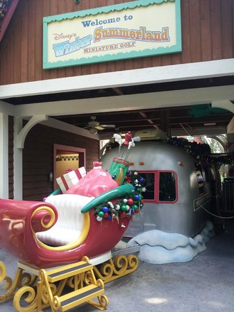Disney's Winter Summerland Miniature Golf Course: Entrance