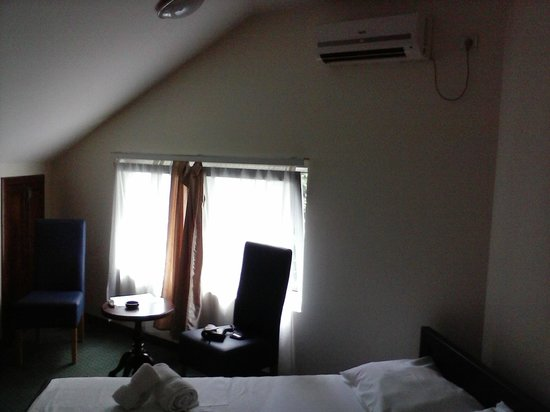 Happy Star Club Hotel: Room, window and airco