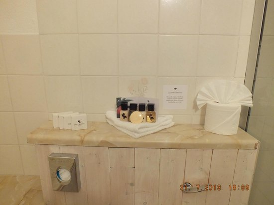 Shirley Hotel: added touches in bathroom