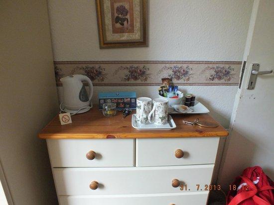 Shirley Hotel: tea/coffee/hot chocolate/fruit tea in our room