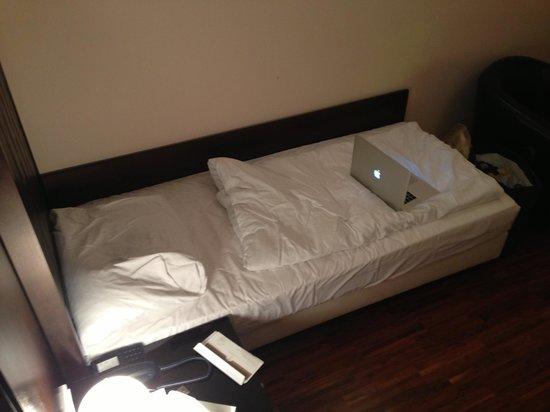 Hotel Sandwirth: Bett (2.5 Macbooks breit)