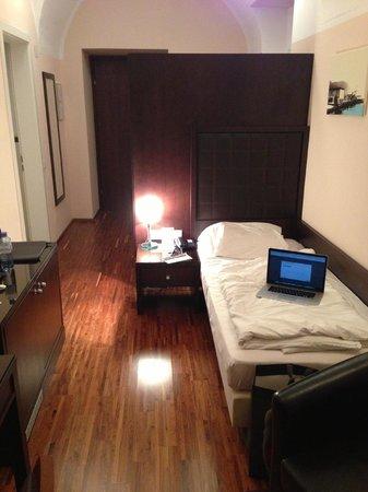 Hotel Sandwirth: Bett - Größenvergleich Laptop vs Bett