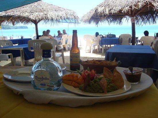 Las Brisas Hotel - Restaurant - Bar: Guacamole and chips at beachfront restaurant