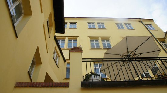 Domus Henrici Boutique Hotel : looking up at hotel from our door at outdoor dining area