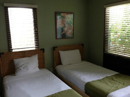 Aston at Poipu Kai: Twin guest bedroom.