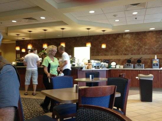 La Quinta Inn & Suites Springfield Airport Plaza: Breakfast area at the hotel