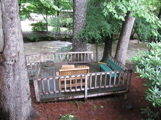 Jonathan Creek Inn and Villas : Deck overlooking the creek.