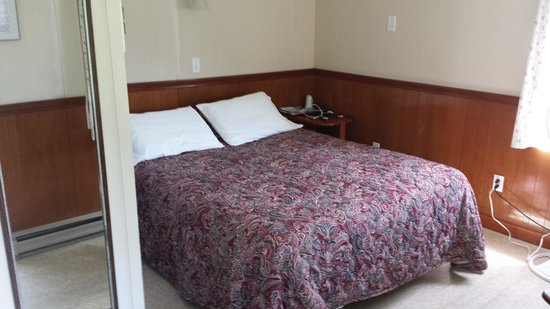 Moody's Motel & Cabins: double bed