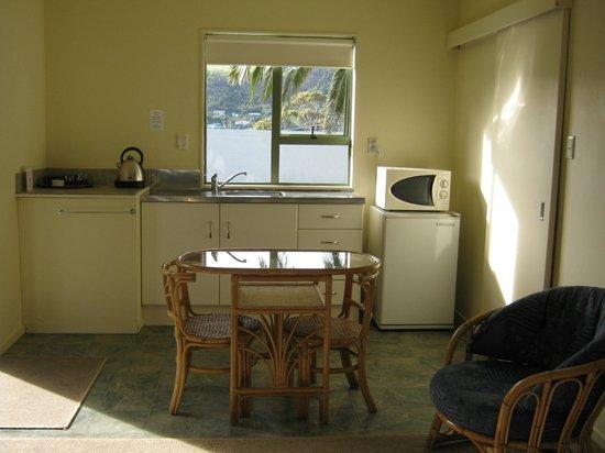 Midway Motel Waiheke Island: Studio kitchenette