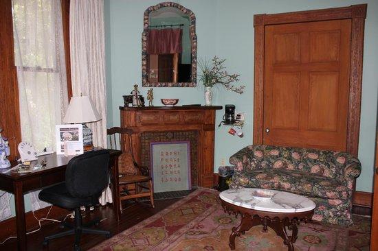 Sweetwater Branch Inn : Aurora room sitting area