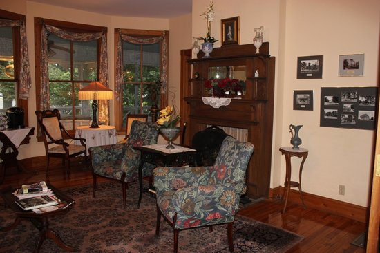 Sweetwater Branch Inn: Parlor