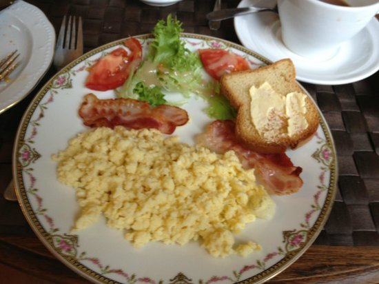 Chateau de Damigny: eggs, bacon and gluten free toast