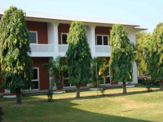 Hotel Chandela: Frente hacia el jardín