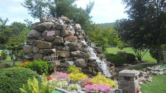 Lake in Wood Resort : Miniature Golf and beautiful landscaping