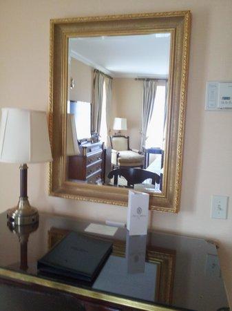 Hotel Plaza Athenee New York: desk