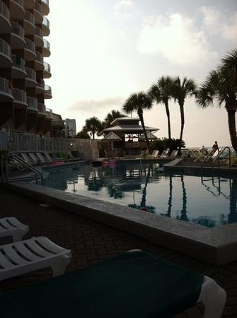 Palmetto Inn & Suites: Early morning at the pool before the crowd rolls in.