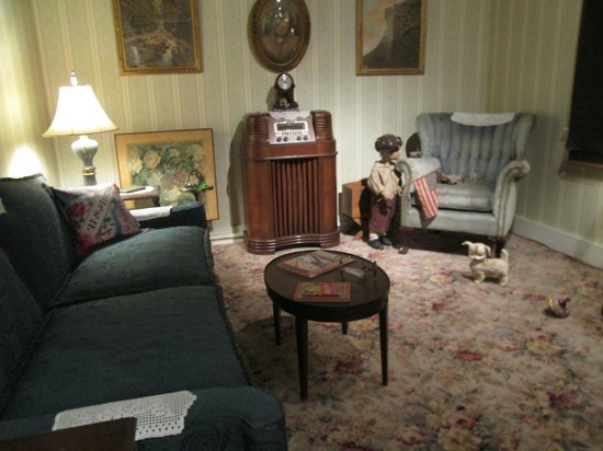 Wright Museum of WWII: 1940s living room