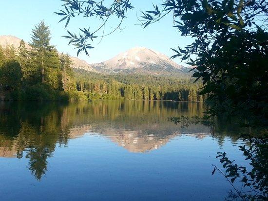 Mill Creek Resort: Nearby Mt Lassen with reflection off of Manzanita Lake.