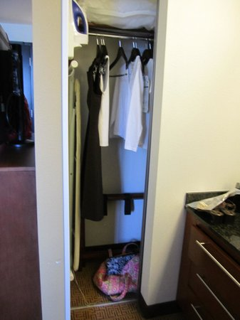 Hyatt Place Riverside Downtown : Small closet behind TV, next to sink