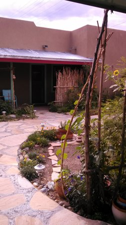 Blackstone Hotsprings Lodging & Baths : The courtyard