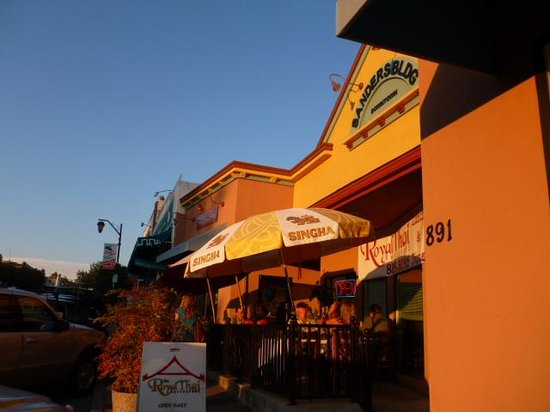 Royal Thai Restaurant: Nice evening dining outside