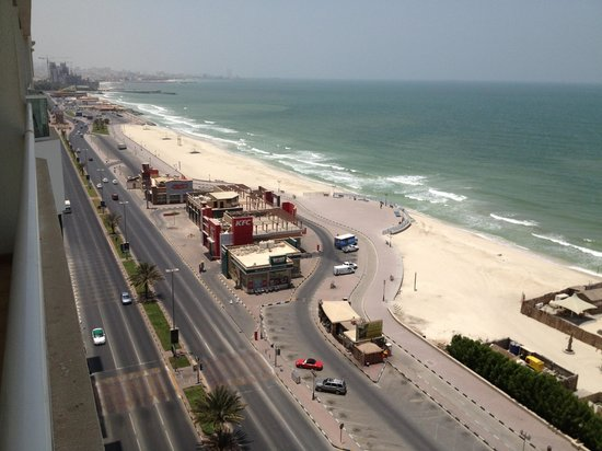 Ramada Beach Hotel Ajman: Streetview from the balcony