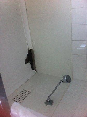 Blakehurst Motor Inn: Hole in shower ceiling