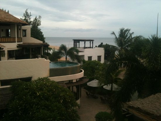 Aleenta Hua Hin Resort & Spa: View of the grounds, swimming pool and beach