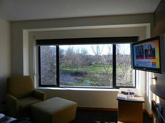 Crowne Plaza Hotel Canberra: park view