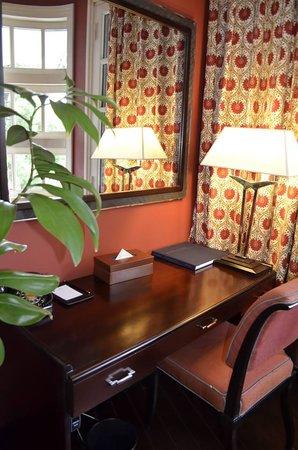 La Residence Hue Hotel & Spa: Work desk