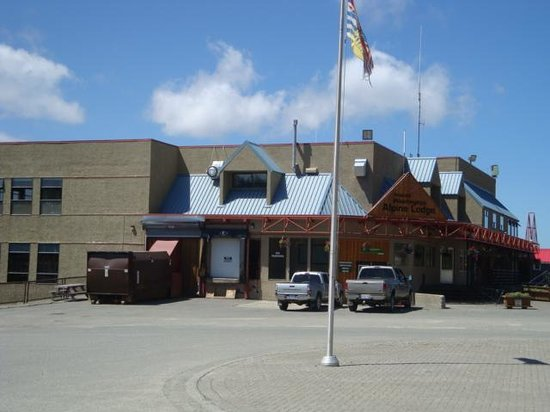 Mount Washington Alpine Resort: The Store and Bar & Grill Building