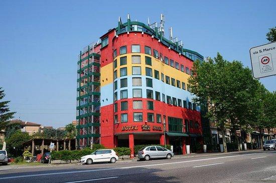 Hotel Porta Palio: Distinctive colours of Porta Palio
