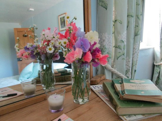 Fontmell Magna B&B: flowers for guests every stay