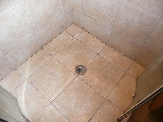Anchorage Beach Resort: Shower floor upon arrival