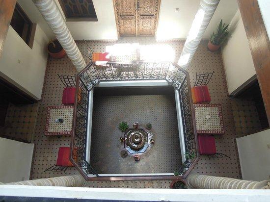 Caverne d'Ali Baba: vue sur la superbe fontaine tout de pétales vêtues