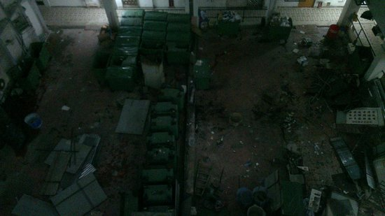 Kowloon New Hostel: Courtyard in the hotel, all you see in this picture is garbage.