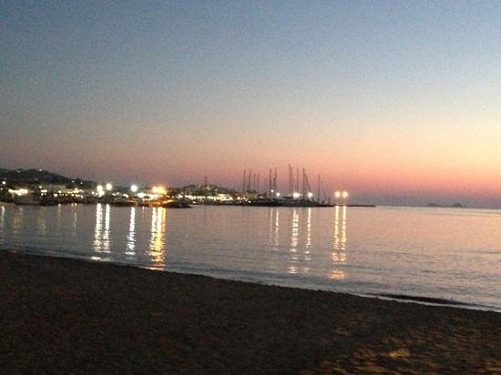 Apollon Boutique Hotel: sunset road from the hotel to the port