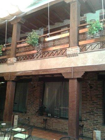 Hotel Rural Posada del Rincón: Patio central y galería de acceso a habitaciones